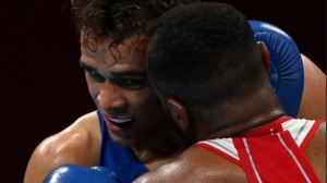 Boxeador intentó recrear la polémica escena de Tyson al morder la oreja de su rival (Video)