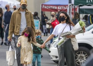 El extraño hábito de Mila Kunis y Ashton Kutcher con sus hijos a la hora de bañarlos