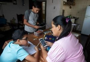 """""""La gente afuera no entiende cómo uno puede funcionar con un internet tan deficiente"""": La agonía del teletrabajo en Venezuela"""