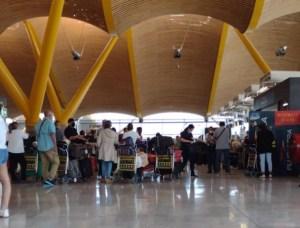 Más de 300 pasajeros varados en el aeropuerto de Madrid por incumplimiento de la aerolínea Plus Ultra
