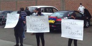 """""""¡Asesino, dictador!"""": Venezolanos en Perú increparon a Arreaza durante su llegada (Video)"""