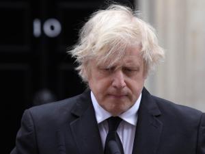 """En busca de """"oxígeno"""", Boris Johnson remodela su gobierno"""