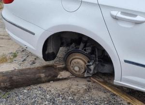 Se robó el caucho de un carro pero decidió devolverlo con una curiosa nota…¡y una pequeña compensación!