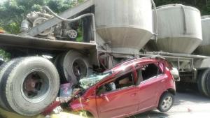 TERRIBLE accidente en la Autopista Regional del Centro: Una gandola aplastó a un vehículo particular (FOTOS)