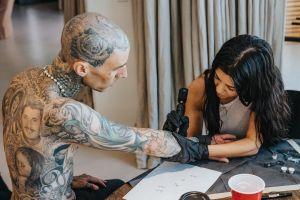 ¡Locos de amor! Travis Barker se dejó hacer un tierno tatuaje por Kourtney Kardashian (FOTOS)