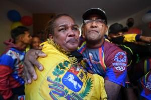 EN FOTOS:  Entre lágrimas junto a familiares y amigos la madre de Yulimar Rojas festejó la medalla olímpica