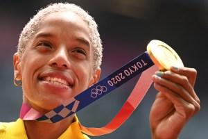 """Y el """"Gloria al Bravo Pueblo"""" sonó en Tokio: Yulimar Rojas ya luce su medalla de oro (FOTOS)"""