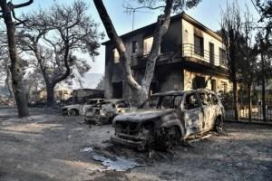 """""""La noche fue un infierno"""": Los vecinos de  Varympompi se enfrentan al desastre del fuego en Grecia"""