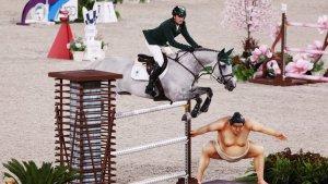 Polémica en los Juegos Olímpicos por un muñeco de sumo que asusta a los caballos (Fotos)
