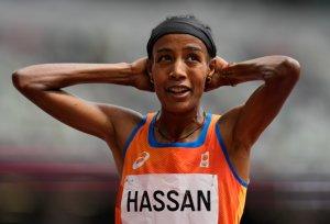 La HAZAÑA de Sifan Hassan: Tuvo una estrepitosa caída, se recuperó y logró el primer lugar en los 1.500 metros (VIDEO)