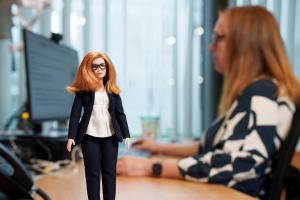 Excelente iniciativa: Barbie dedica una muñeca a Sarah Gilbert, creadora de la vacuna Oxford-AstraZeneca (Fotos)