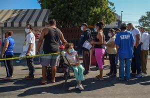 Vacunan contra el Covid-19 a los migrantes en el cruce fronterizo de Tijuana