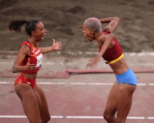 ¡FOTAZA! Yulimar Rojas y Ana Peleteiro celebraron la obtención de medallas de oro y bronce en Tokio 2020