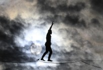El osado cruce de 600 metros que ejecutó un equilibrista sobre el río Sena (Video)