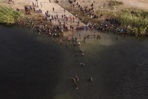 Unos 19.000 migrantes, la mayoría haitianos, varados cerca de frontera entre Colombia y Panamá