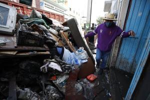 Afectados por lluvias en México rescatan entre el lodo lo poco que les queda