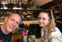 Jefe de la misión de Reino Unido para Venezuela llevó a su hija a probar comida criolla (Fotos)
