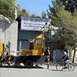 Afganas protestan frente al Ministerio de Asuntos de la Mujer tras su abrupto cierre por parte de los talibanes