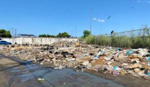Montañas de basura y aguas negras rodean al mercado de Chirica en Bolívar