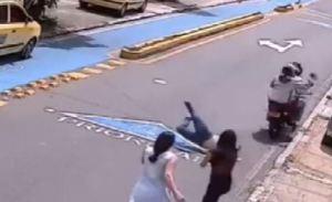 La arrastraron por la calle luego de arrebatarle la cartera en Colombia (Video)