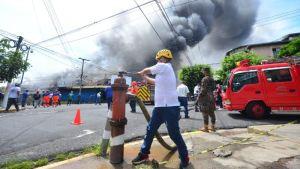 Un fuerte incendio consumió el mercado municipal en la capital de El Salvador (Videos)