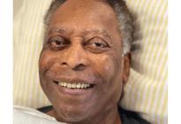 Pelé apareció sonriente durante una sesión de fisioterapia en el hospital (Video)