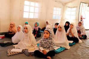 """Los talibanes prometieron reabrir """"pronto"""" las escuelas femeninas en medio de críticas"""