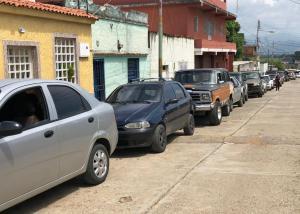 Caminar para rendir la gasolina: Se agrava el calvario de los conductores en Guárico