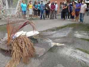 Hedor e inmundicia afectan a más de 30 familias maracayeras en el barrio Belén tras colapso de cloaca (FOTOS)