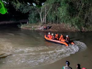 Tragedia en Indonesia: Mueren once estudiantes en al caer a un río mientras limpiaban el cauce