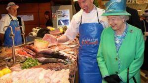 Las comidas que la reina Isabel II y la familia real británica no pueden comer fuera de casa por protocolo