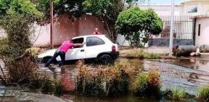"""¡Insólito! En el Paseo Orinoco de Ciudad Bolívar apareció una laguna """"traga-carros"""""""