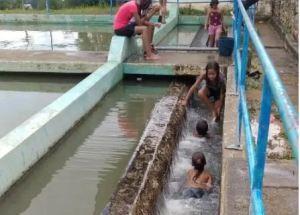 ¡ALERTA! Escasez de agua llevó a habitantes de Guárico a bañarse en planta de tratamiento