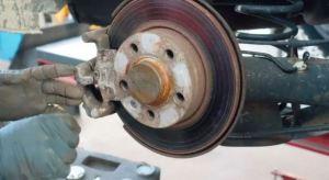 No lo vio y encendió el vehículo: Mecánico murió aplastado mientras reparaba autobús en Argentina