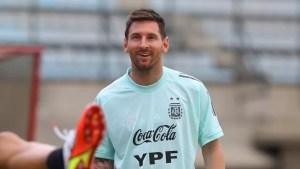 Un niño de 11 años llevó un gracioso cartel dedicado a Messi al entrenamiento de la Selección argentina y fue furor en las redes