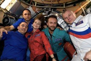 Tras filmar la primera película en el espacio, el equipo de grabación ruso regresó a la Tierra (VIDEO)