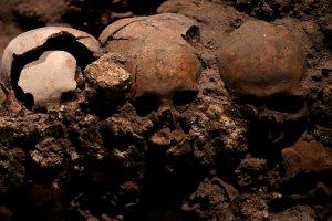 """""""Culto a la vida"""": Una torre de cráneos humanos sepultados durante 500 años bajo la Ciudad de México"""
