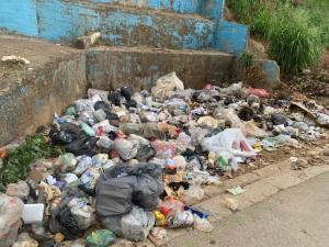 ¡Basura por todos lados! Convierten en improvisados vertederos calles y aceras de Aragua