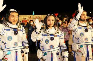 Astronautas chinos llegaron a la estación espacial para su misión más larga