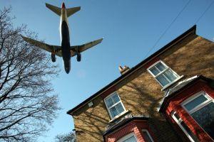 Un hombre en Reino Unido fue rociado con desechos arrojados desde un avión en el jardín de su casa