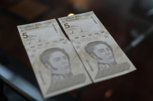 """Bloomberg: Maduro quema el poco efectivo en su poder para apuntalar al """"bolívar digital"""""""