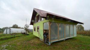 Espera… ¿QUÉ? Le construyó una casa giratoria a su esposa ante continuos reclamos por el paisaje que veía