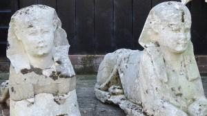 Familia descubrió que esculturas de su jardín son esfinges del Antiguo Egipto