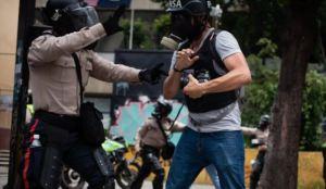 """SIP denunció que policías venezolanos """"están a la caza"""" de periodistas"""