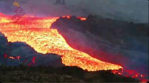 """El impactante """"tsunami de lava"""" desbordándose desde el volcán de la Palma (VIDEO)"""